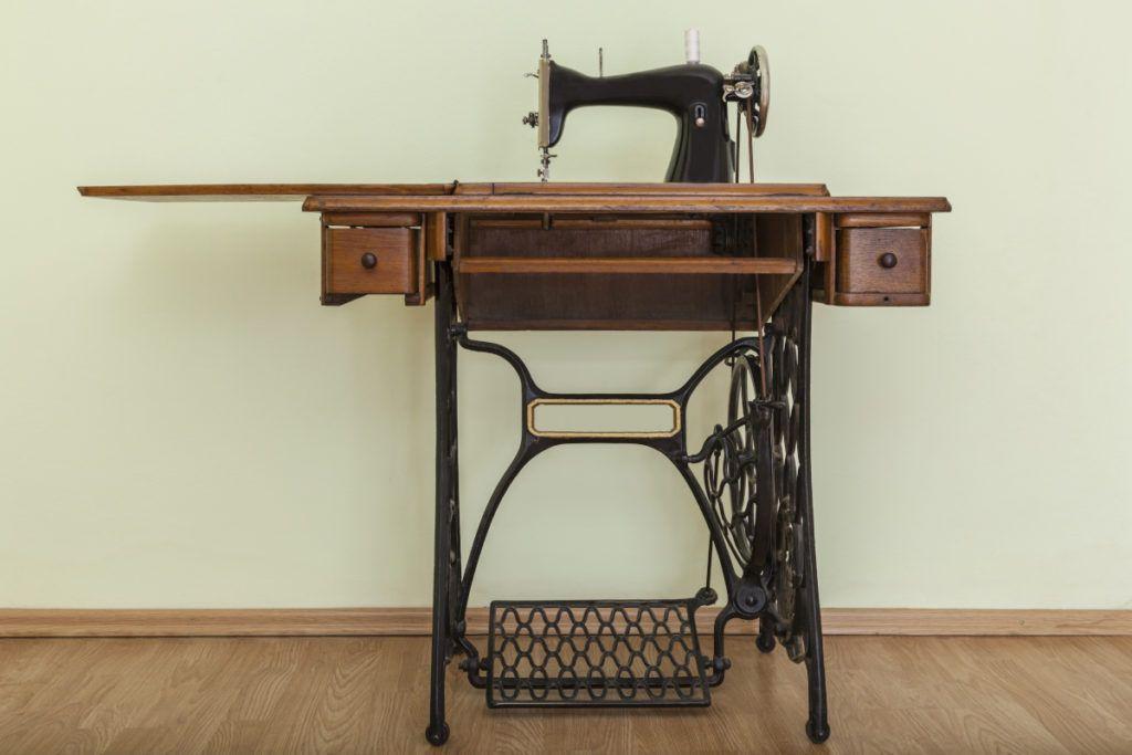Machine à coudre antique sur sa table