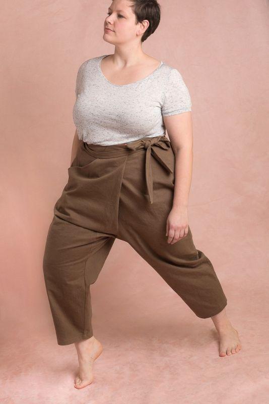 Femme portant le pantalon Papao de Ready To Sew en grandes tailles