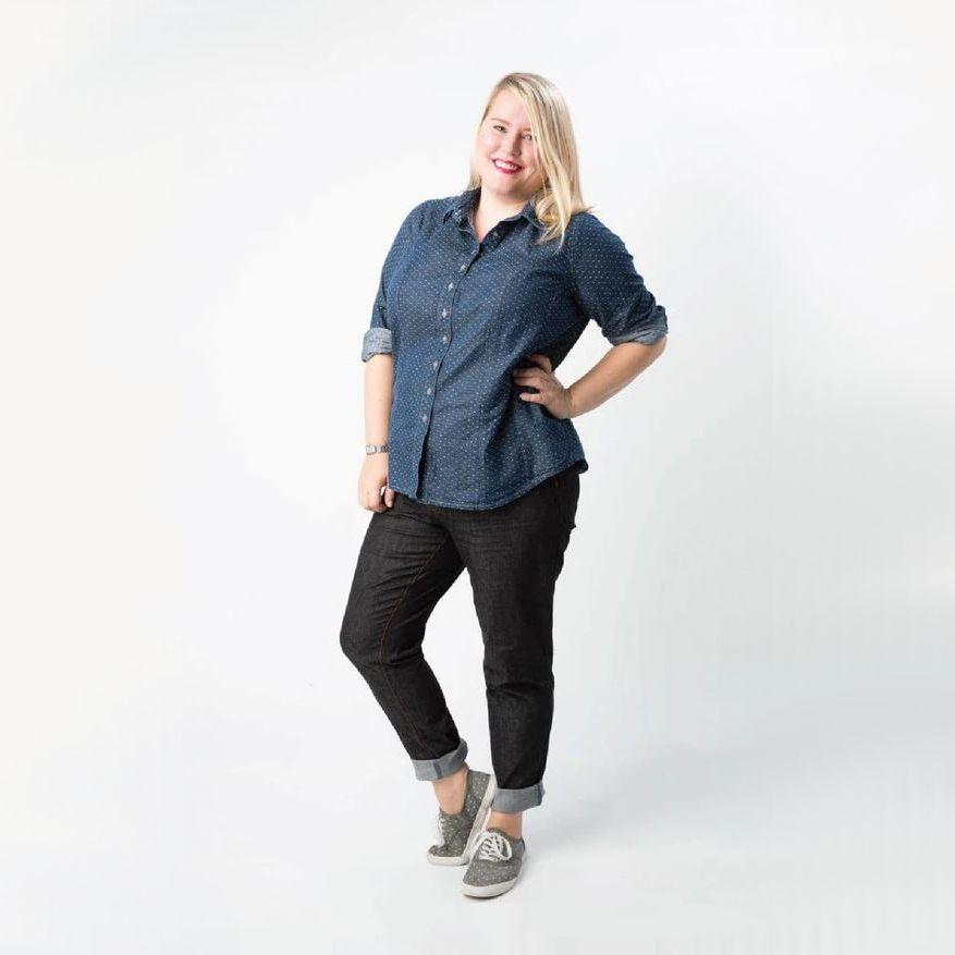 femme portant chemise Harrisson de la marque Cashmerette en jean