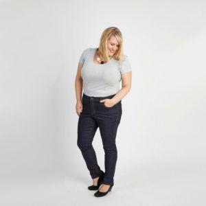 femme portant jean grands taille slim