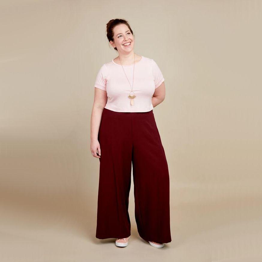 femme portant t-shirt grande taille cashmerette Concord et pantalon calder