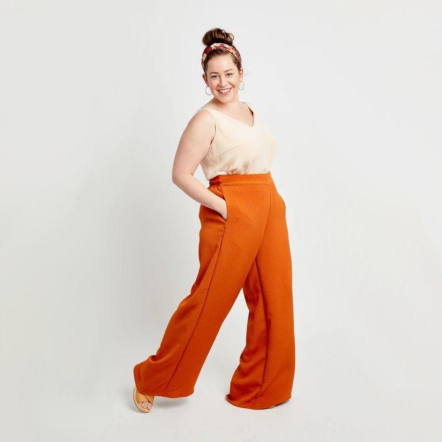Femme portant pantalon Calder de Cashmerette avec les mains dans les poches