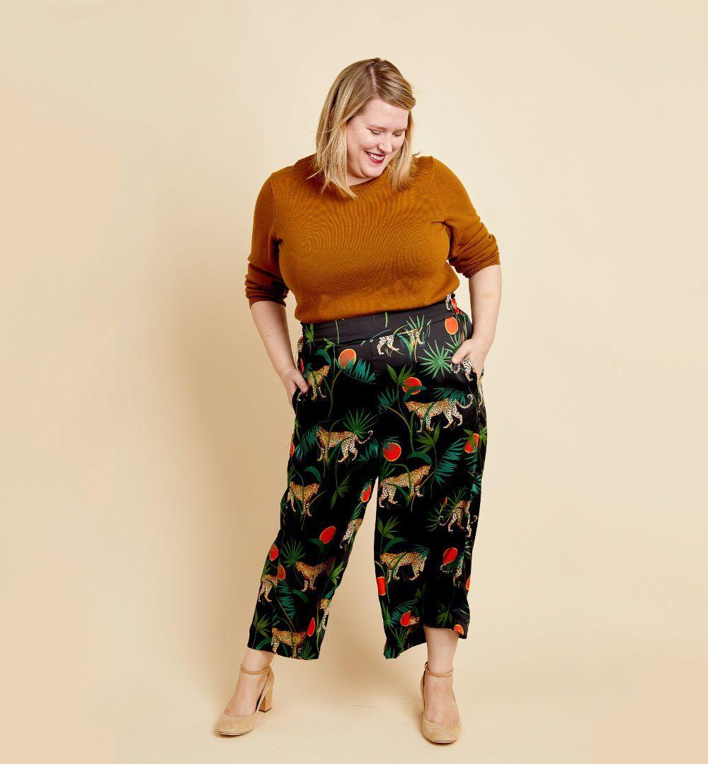 femme portant pantalon Calder de Cashmerette imprimé