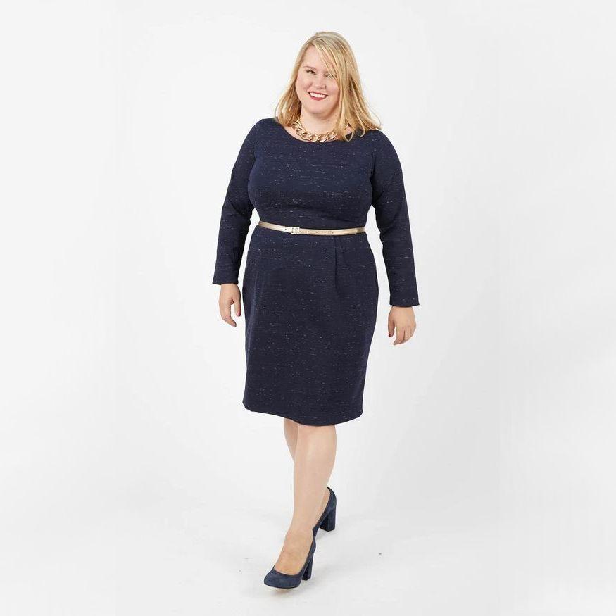 Femme en robe Rivermont bleue de Cashmerette