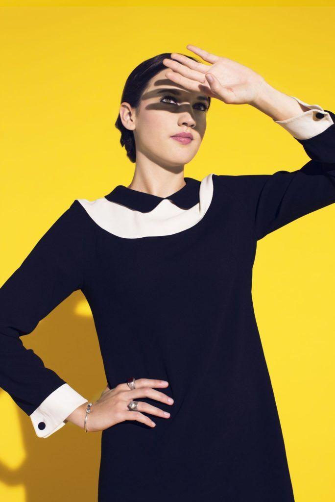 La petite robe noire de la chanteuse Jaine forme droite