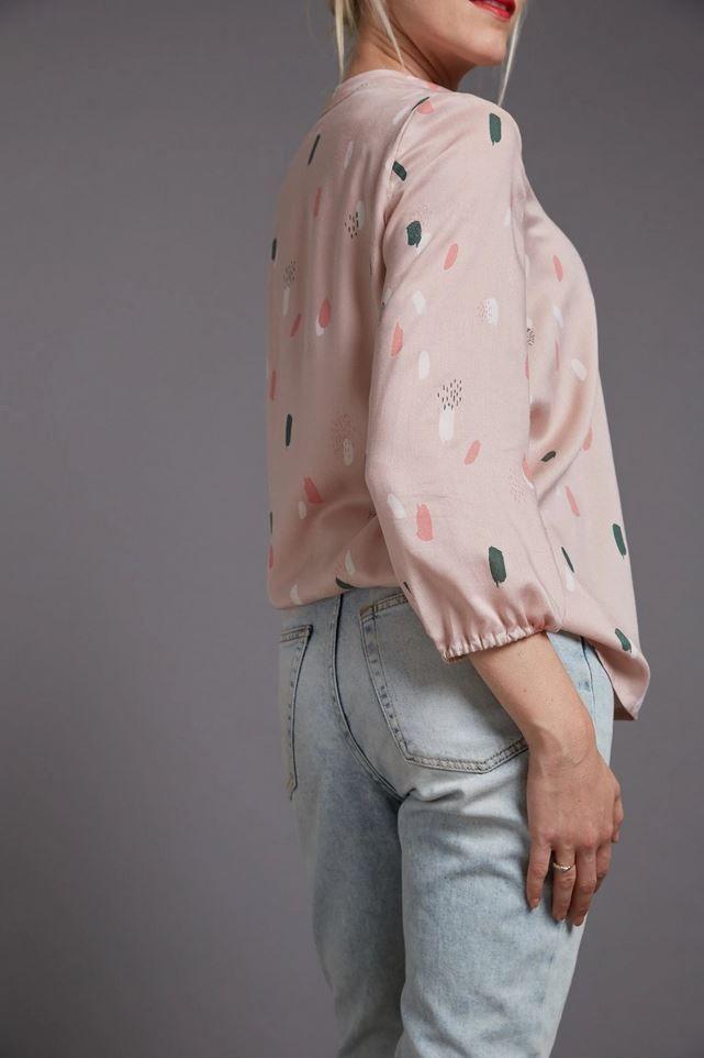 Patron de couture La Blouse rentré dans un jean de dos