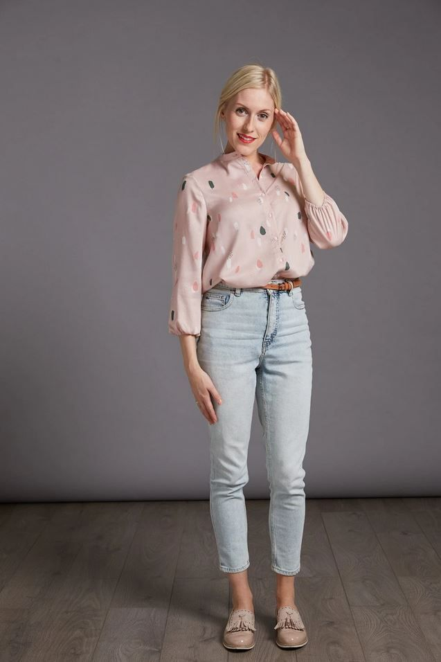Blouse The Avid Seamstress portée avec un jean