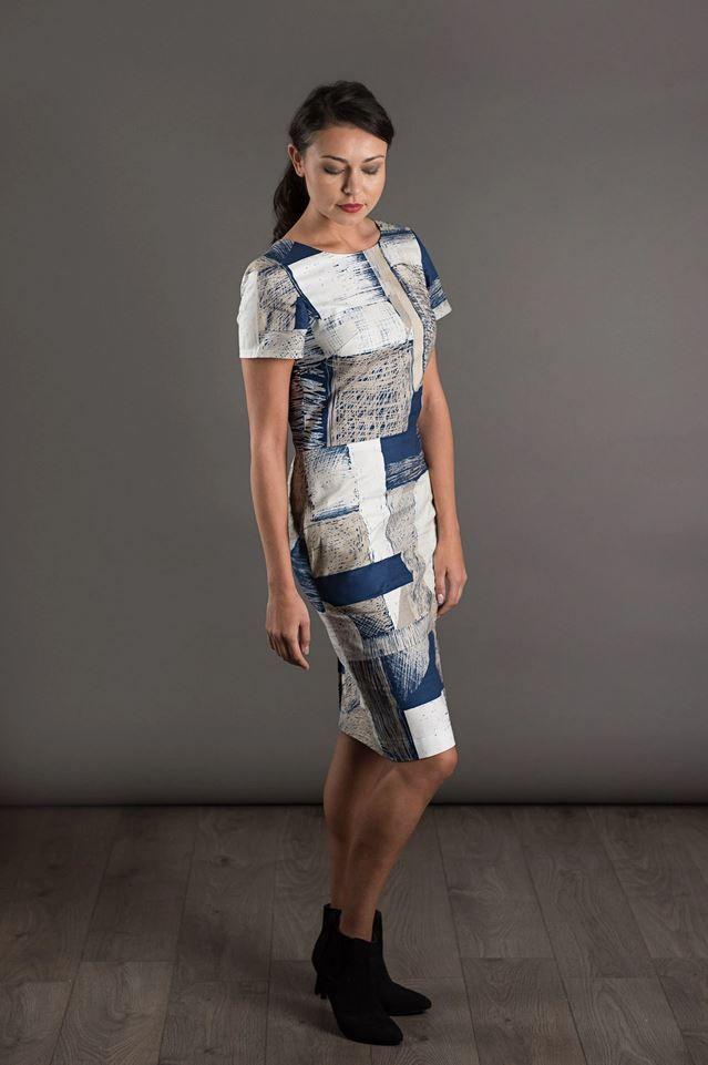patron de couture the avid seamstress robe ajustée en tissu bleu et blan